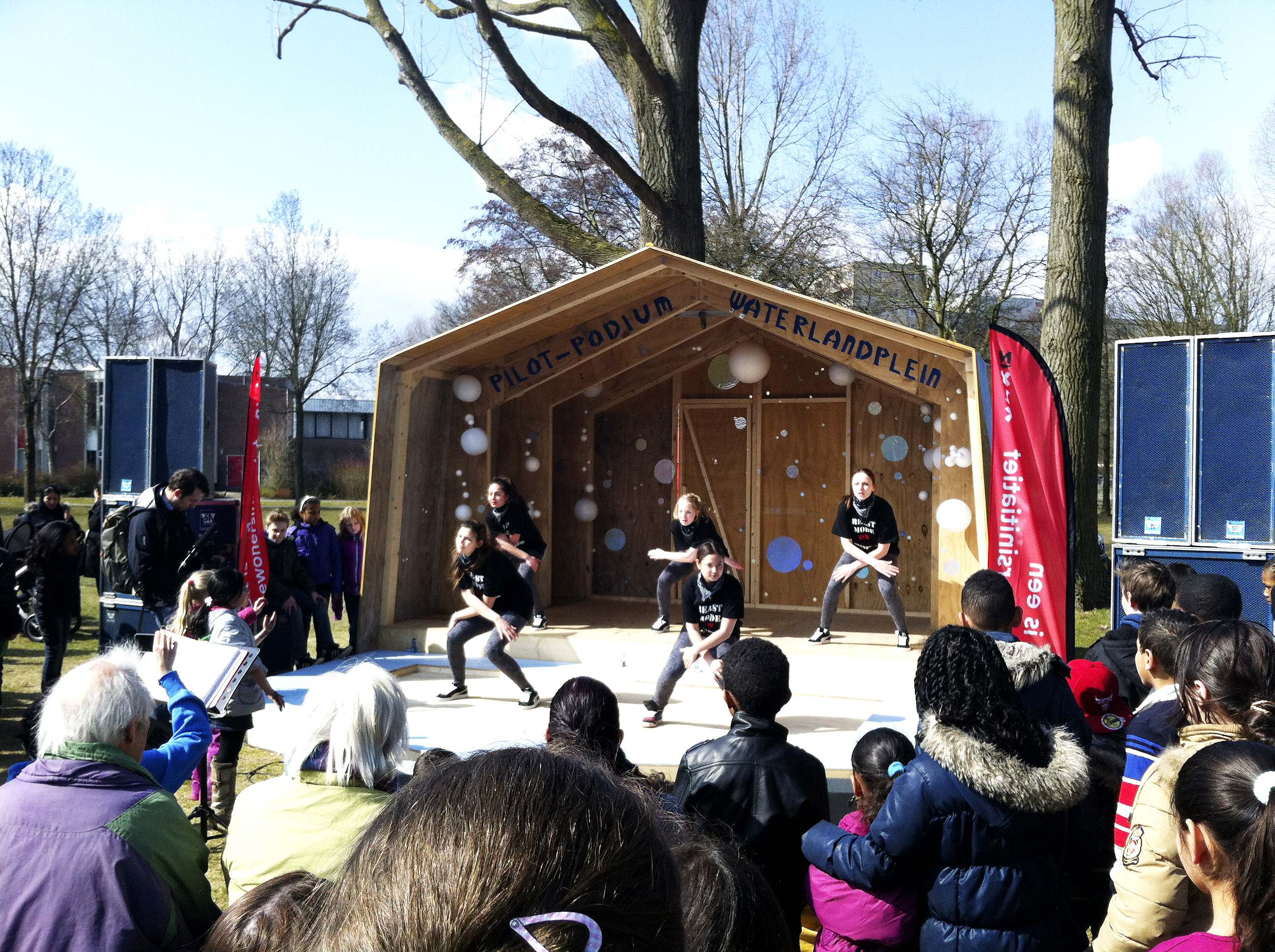 Opening_podium_dans-lr